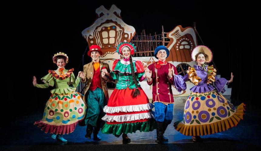 Няганский ТЮЗ впервые провел Рождественские балы для взрослых.