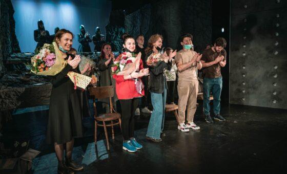 Поздравляем с премьерой спектакля «ALOLAJ.История в 12 струнах» авторов, исполнителей и всех сотрудников театра!